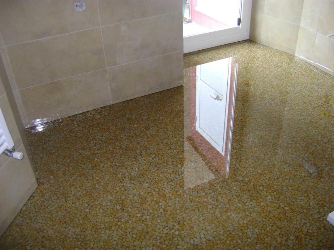 Pavimento in resina epossidica con ciottoli di marmo