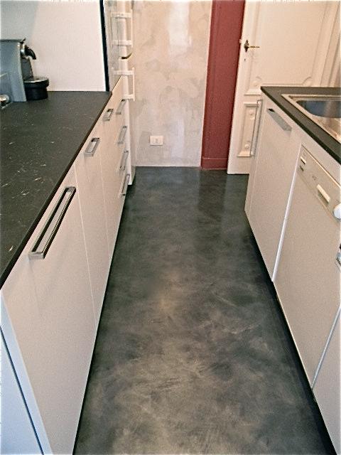 Pavimento e parete cucina in resina epossidica roberto fiato - Resina parete cucina ...